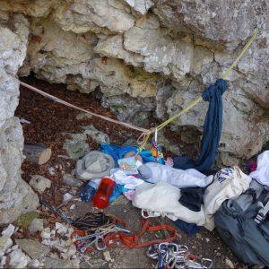 Baby mit Spielzeug in Höhle