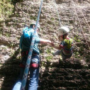Hüpfendes Kind am Seil