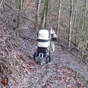 Kinderwagen auf steilem Wanderweg