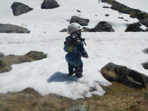 Neue Ziele eines kleinen Mädchens im Schnee