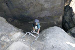 Mutter und Tochter gut gesichert gemeinsam auf dem Klettersteig unterwegs