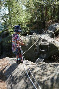 Einfacher Steg über einen Abgrund, der ein großes Hindernis darstellt für kleine Klettersteig-Kinder