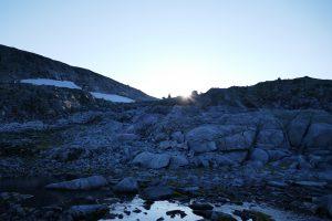 Die Sonne versinkt hinter dem Berg