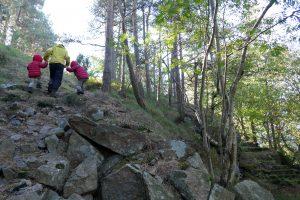 Mutter und Kinder stürmen den Berg hinauf