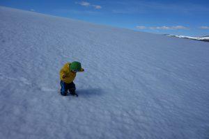 Kleines Kind im großen Schnee