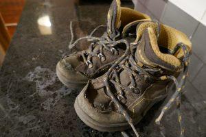 Schuhe mit Löchern