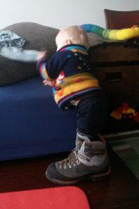 Kleines Kind mit großem steigeisenfesten Bergschuh