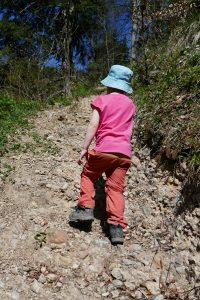 Kind beim steilen bergauf wandern mit ordentlichen Wanderschuhen