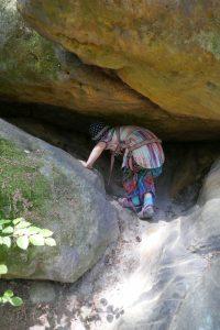 Kleine Sandsteinhöhle in der Sächsischen Schweiz, mit Besucher