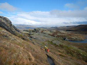 Wechselndes Wetter beim Kinder-Wandern in den Bergen in Norwegen