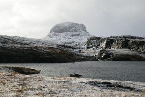 Plötzlich ist es Winter in Norwegen und der Berg vor dem Fenster ist nun schneebedeckt
