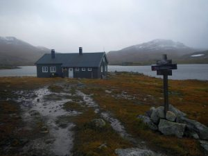 Ankunft an einer norwegischen Hütte in trübem Wetter zur Abenddämmerung