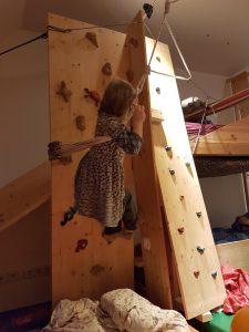 Kletterwand mit Rutsche im Kinderzimmer