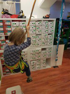 Klettergurt-Test imt intensivem Schwung durch ein Kind