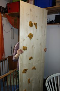 Eine Kletterwand für Kinder wird selbst gebaut