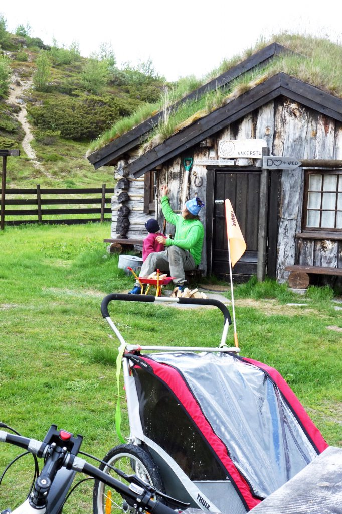 Mit Fahrradanhänger auf norwegischer Berghütte