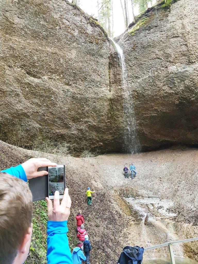 Mitten im gemütlichen Wald überraschen immer wieder mächtige Felswände aus Konglomerat, hier mit Wasserfall