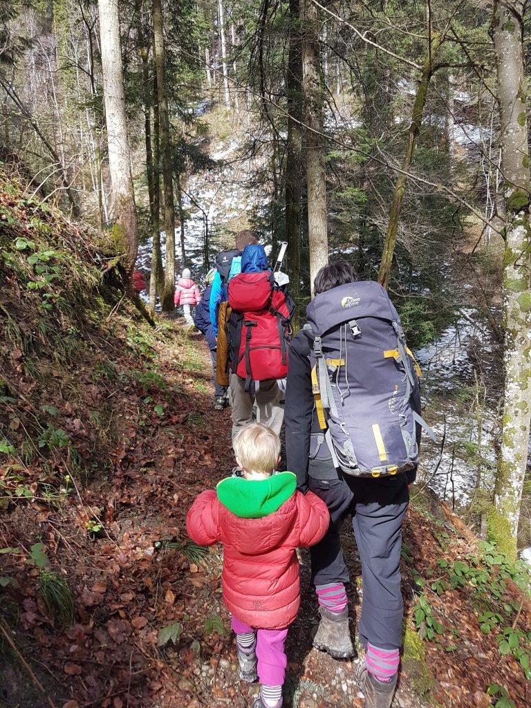Familiengruppe des Alpenvereins beim Wandern
