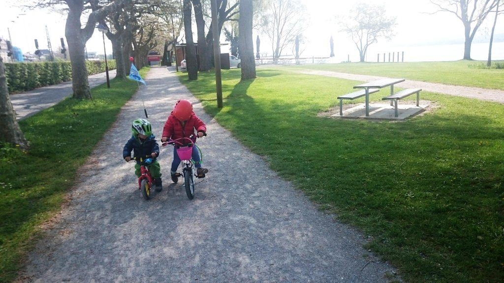 Mit Laufrad und Fahrrad gemeinsam unterwegs